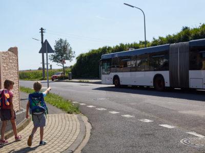 Mit dem Bus zur Schule