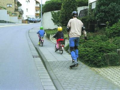 Skater und Fußgänger