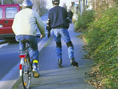 Skater und Radfahrer