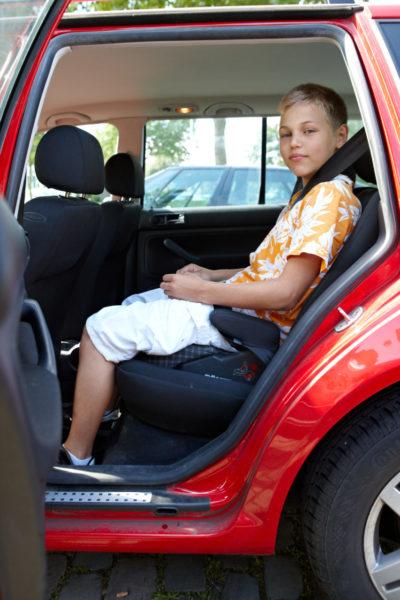 ab welchem alter dürfen kinder im auto vorne sitzen