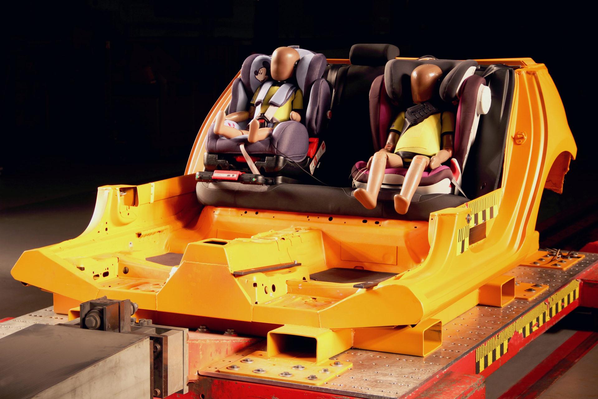 Kindersitztest In Landsberg, Versuchsaufbau. Test Dummie Foto: Andreas Ratzek