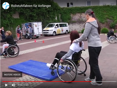 Rollstuhlparcours I – Einen Rollstuhl sicher schieben