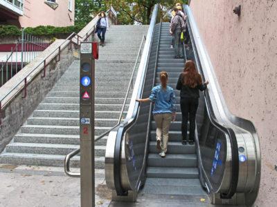 Mobil Teilhaben Rollstreppe Rechts Stehen Linksehen