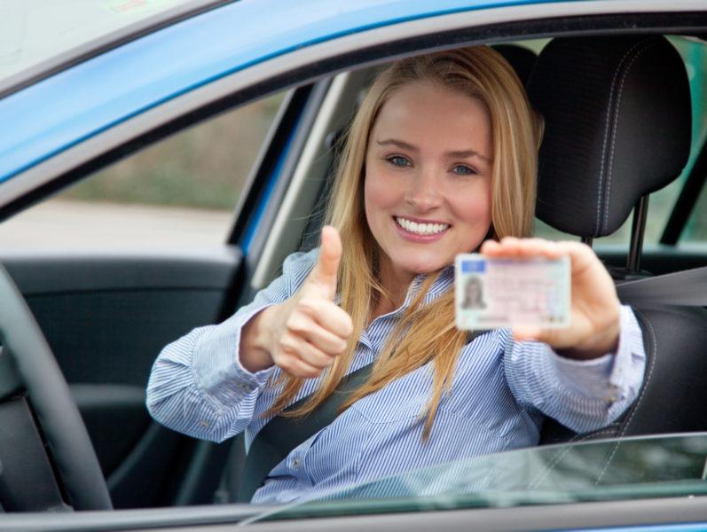 Attraktive Frau Besteht Führerscheinprüfung