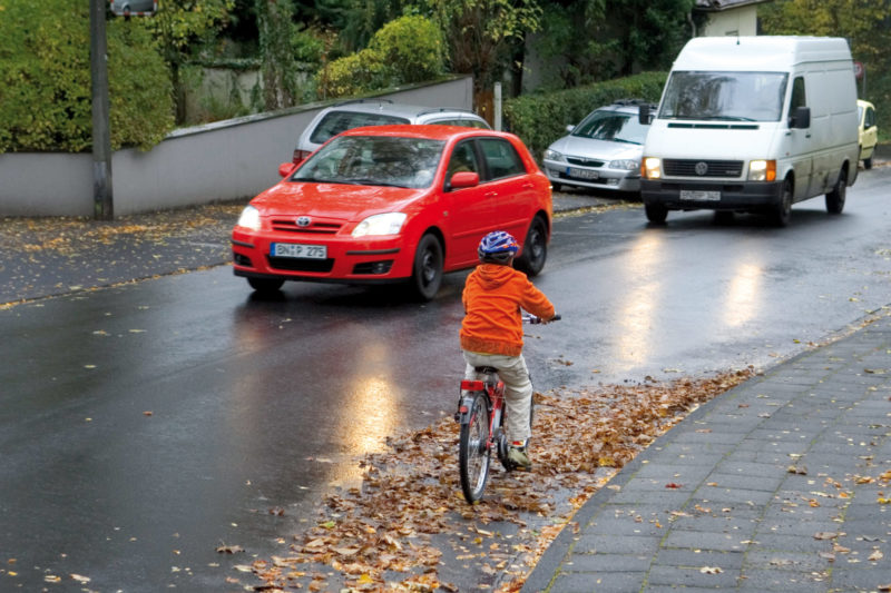 Radschulweg Nasse Abschuessige Fahrbahn Laub Wege Gefahren Sekundarstufe Verkehrserziehung Mobilitaetsbildung