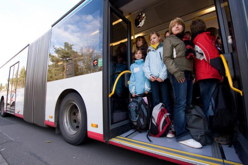 """Demonstration Aktion """"volle Schulbusse"""", Wieviele Schulkinder Passen In Einen Bus?"""