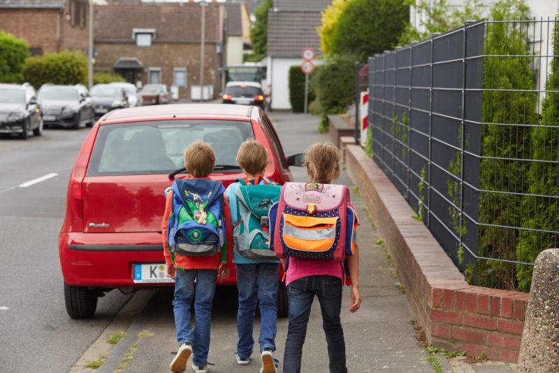 Schulweg Klasse 1 Schulwegwahl Verkehrserziehung Engstelle Zugeparkter Gehweg