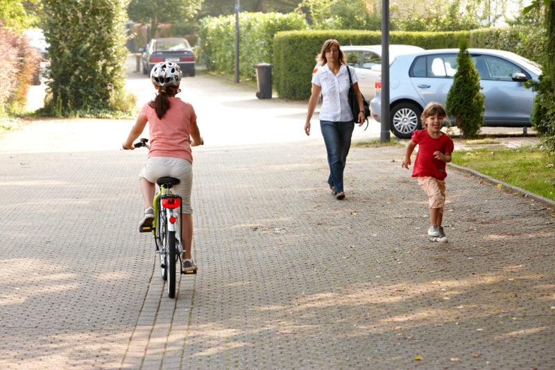 Straßenverkehr Kinder Fußgängre Unaufmerksam Keine Konzentration Keine Aufmerksamkeit