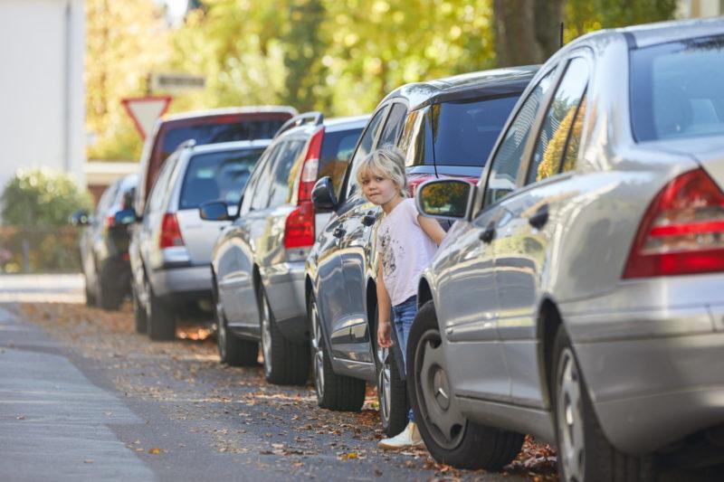 Straßenverkehr Kinder Zwischen Autos Sehen Erkennen