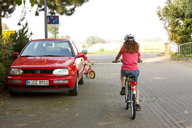 Verkehrserziehung Kindergarten Straßenverkehr Kinder Hinter Autos Sichtbarkeit Wahrnehmung
